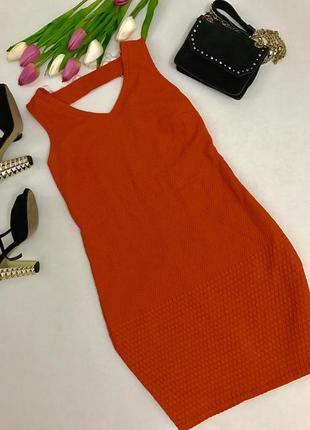 Яркое оранжевое платье из фактурной ткани.