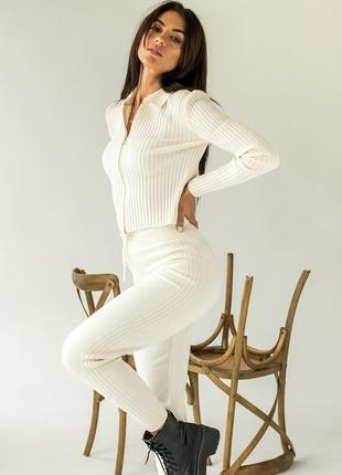 Стильный вязаный женский белый костюм