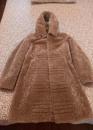 Шубка из экомеха, теплая, качественная, с поясом, есть два кармана и капюшон