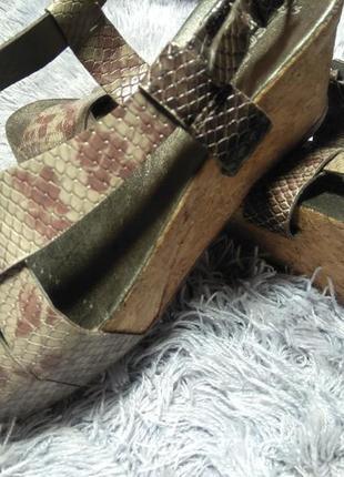 Кожаные босоножки на пробковой подошве clarks
