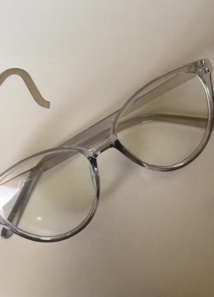 Компьютерные очки в светло-серой оправе