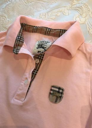 Нежно - розовая футболка поло с воротником и коричневыми манжетами с красной полоской