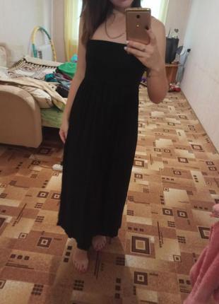 Черное трикотажное длинное платье.