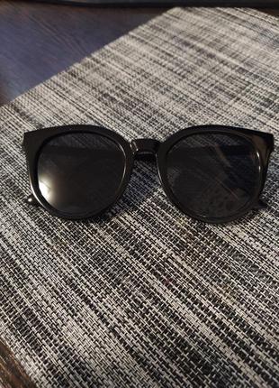 Солнцезащитные очки женские черные с золотыми дужками