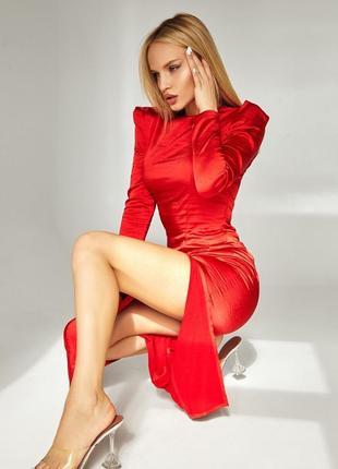 Нарядное красное облегающее платье с длинным рукавом и разрезом