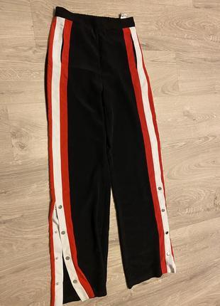 Чёрные брюки с красно белыми лампасами на кнопках