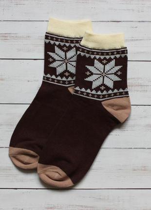Коричневые носки с зимним узором
