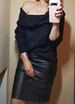Крутой свитер со спущеными плечами