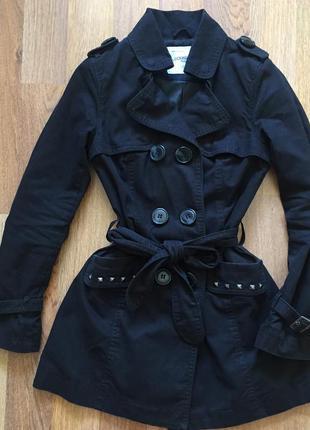 Пальто з поясом і модними жабками clockhouse