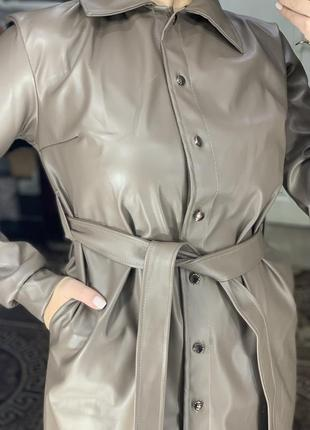 Бежевое коричневое кожаное платье рубашка из эко кожи