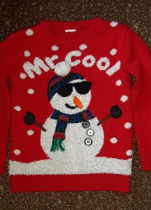 Красный новогодний рождественский свитер со снеговиком в очках и снежинками