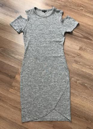 Шикарное платье с вырезом на плечах