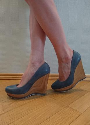 Стильные туфли на танкетке  guess