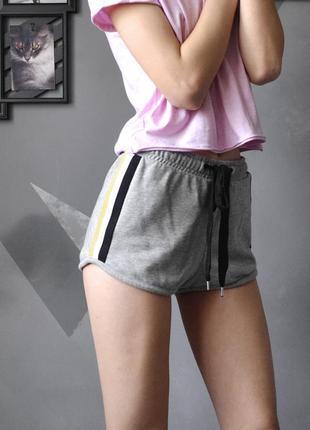 Короткие шортики с полосками из плотной ткани bershka