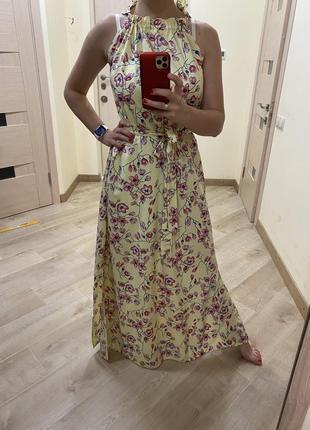 Яркое платье в цветах