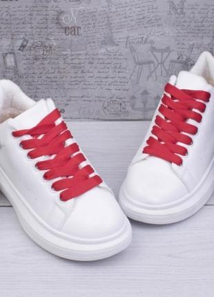 Женские зимние кроссовки с красной шнуровкой