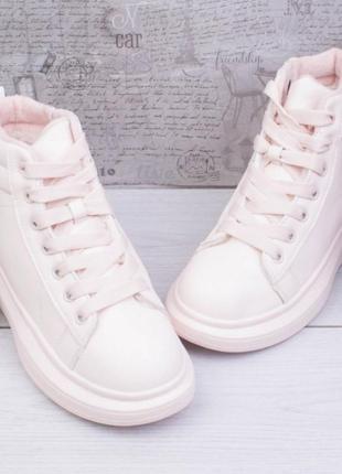 Женские зимние светло-розовые кроссовки