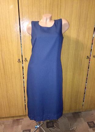 Платье с перфорацией внизу.