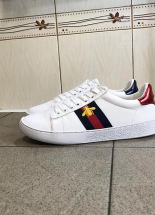 Білі кросівки gucci