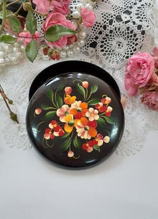 Шкатулка ссср металлическая лакированная с ручной росписью букет фиалки цветы