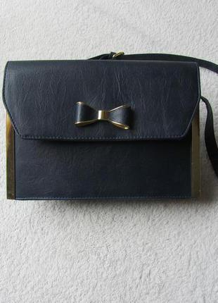 Небольшая сумочка с длинной ручкой