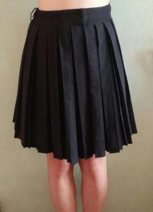 Плиссированная черная юбка