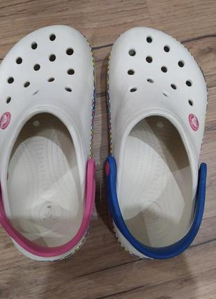 Оригинальные пляжные тапочки crocs.