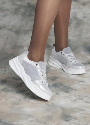 Серо-белые кроссовки для повседневной носки)