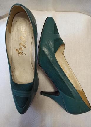 Кожанные зеленые туфли. стелька 25,5 см.