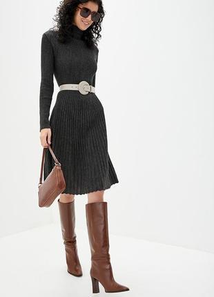 Вязаное демисезонное платье с плиссированной юбкой