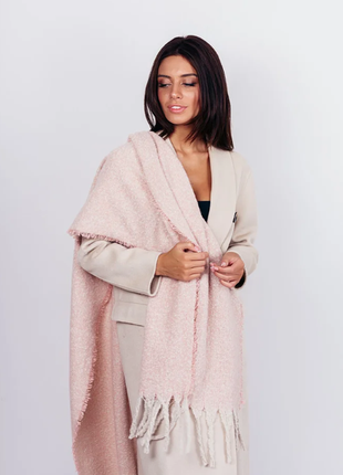 Теплый пудровый шарф розовый