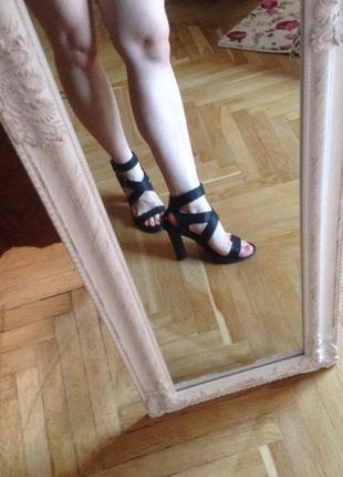 Кожаные босоножки zara на высоком каблуке