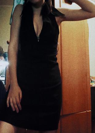 Черное длинное платье с вырезом миди