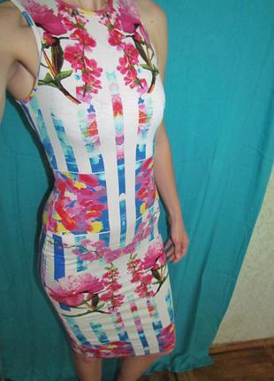 Платье в обтяжку яркое