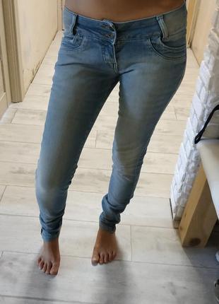 Светлые джинсы с низкой посадкой