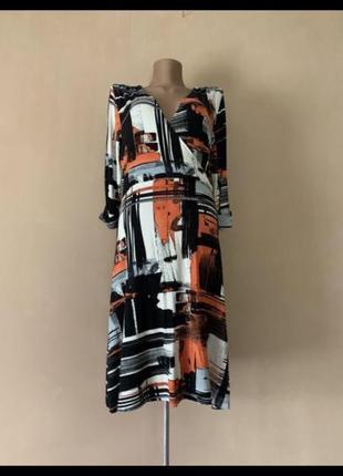 Оригинальное платье в абстрактный узор