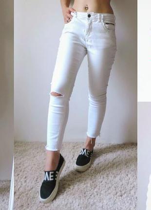 Джинсы укороченные белые с разрезом на колене