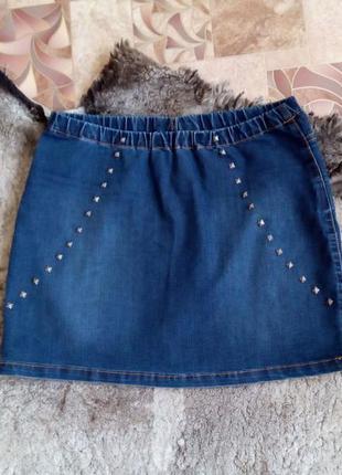 Удобная короткая джинсовая юбка с заклепками