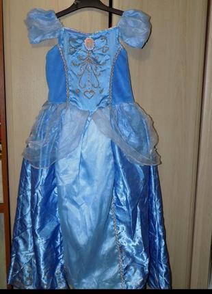 Красивое платье с перчатками