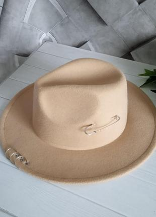 Шляпа федора с полями кольцами и булавкой бежевая
