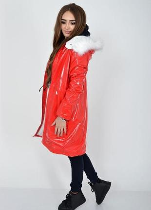 Демисезонная женская куртка красного цвета из латекса с меховой подкладкой