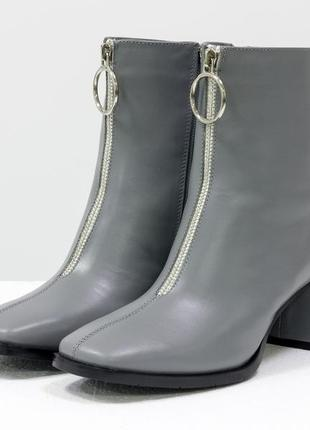 Эксклюзивные кожаные серые ботинки с элегантным замочком спереди