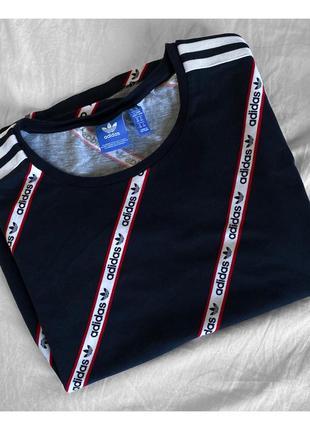 Футболка с лого adidas originals и лампасами