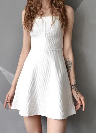 Нежное белое молочное платье бандо из фактурной ткани bershka