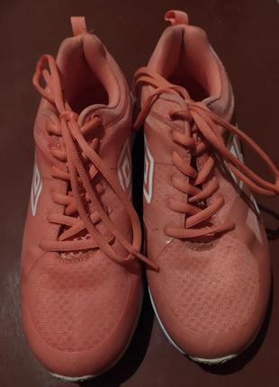 Корраловые кроссовки