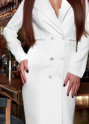 Белое платье пиджак с камнями