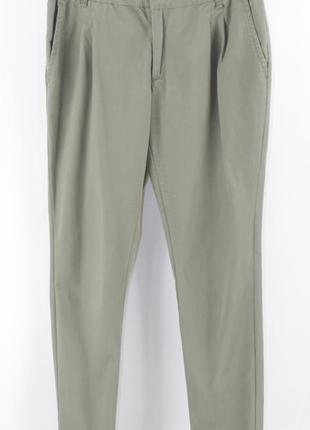 Оливковые брюки зауженного кроя