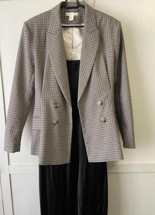 Пиджак с подплечниками, приталенный