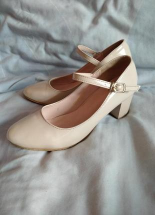 Туфлі на низькому каблуку