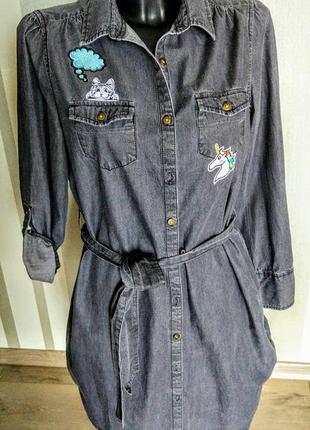 Клевая длинная джинсовая рубашка платье серого цвета с нашивками.